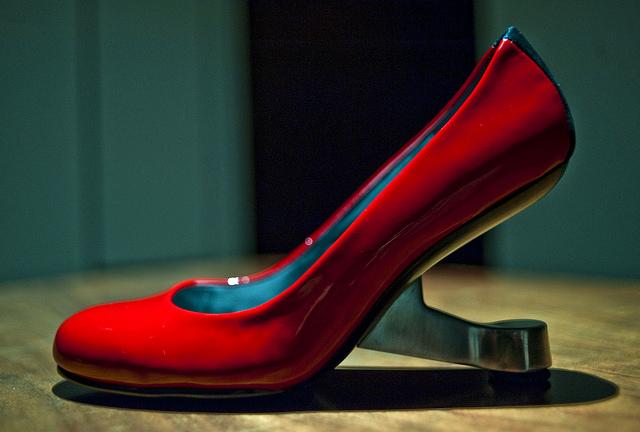 建築家デザインの靴、女性のヒールの悩み解決