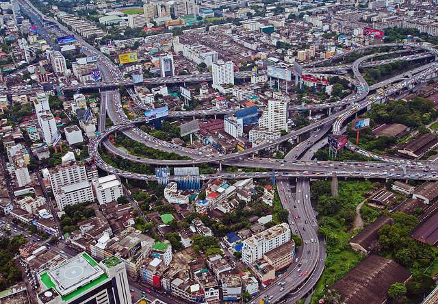 ビルの裏に広がるスラム、バンコク最大のクロントイ・スラム