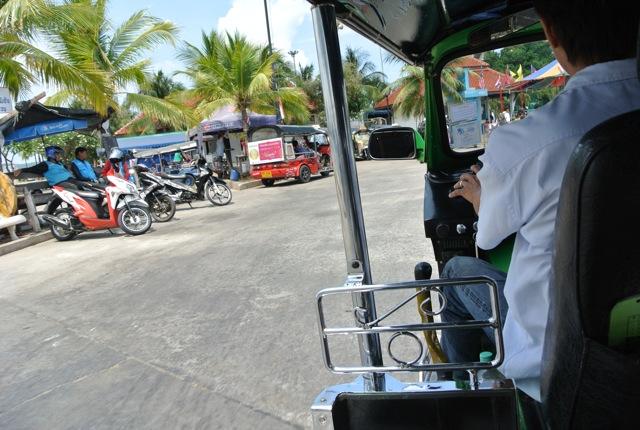 ワンデートリップ、シーチャン島、小さな漁村、バンコクから3時間、アクセス