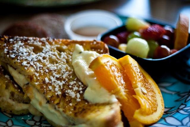 休日の朝、友人を自宅に招待、自宅カフェ、オリジナルフレンチトースト、美味しいコーヒー