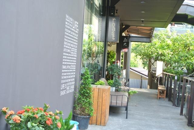 外国人集まる、ロケーションが良いカフェレストラン、ローストコーヒー&イタリー、日本でも紹介、コーヒーとデザート