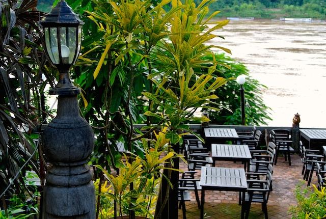 英語版旅行ガイド、ロンリープラネット、ラオスの旅、お洒落なカフェやレストラン、マニアックな情報量が多い