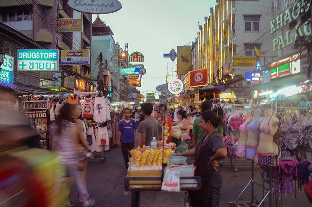 タイ人、金銭トラブル、詐欺、スリ、外国人ホームレス、大きな問題、バンコク旅行中の注意