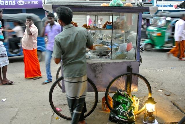 スリランカ、他民族国家、民族衣装が街を彩る