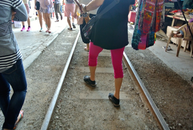 個人、プチ旅行、メークロン、線路市場、傘を畳む