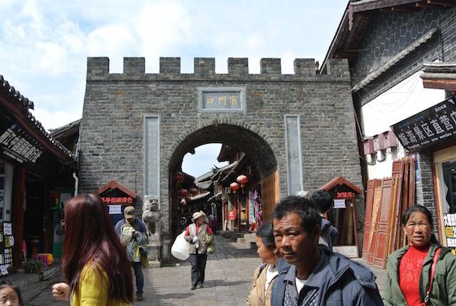雲南省を北上、ジブリ映画、千と千尋の神隠しの舞台、麗江、バスで移動