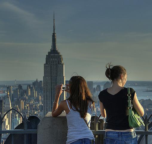 今海外に出よう、パッケージツアーは古い、多国籍の若者集まる、コンチキツアー