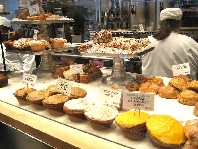ディーンアンドデルーカ、秋のおすすめ惣菜パン、濃厚カマンベールと半熟卵、サクサクパイが美味しい