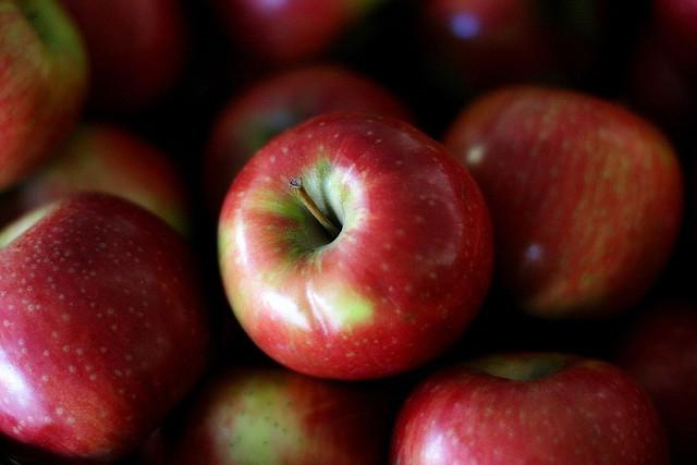 スタバからホリデーシーズン限定、冬に温まる、アップル キャラメル、フラペチーノ、シュトーレン