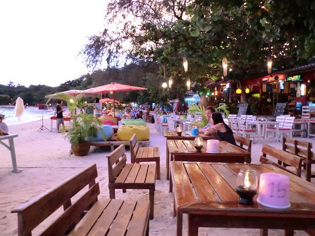インスタグラムにアップ、砂浜のレストラン、サメット島、サイケーオ・ビーチ
