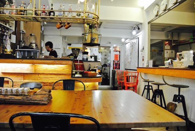 若いバックパッカー、集まる、サパーンタクシン、グルー ホステル&コーヒーバー