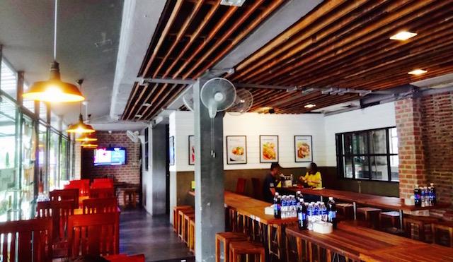 若いタイ人、カップル、タイ料理レストラン、サバデッド